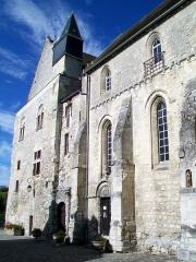 Ancien château Saint-Aubin - Français:   La façade orientale du château, précédée par une étroite cour; à gauche, la chapelle, dont la première travée se situe en-dehors de la photo.