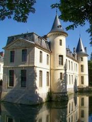 Domaine de Jean-Jacques-Rousseau - Français:   La façade est du château.