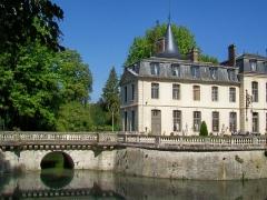 Domaine de Jean-Jacques-Rousseau - Français:   L\'aile ouest et le pont sur les douves.