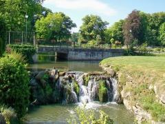 Domaine de Jean-Jacques-Rousseau - Français:   La grande cascade de la Launette, aménagement dû au marquis René de Girardin, en face du château. Au fond, le parc Jean-Jacques Rousseau.