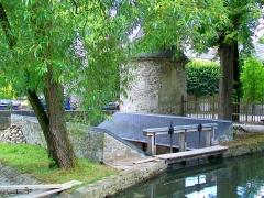 Domaine de Jean-Jacques-Rousseau - Français:   Le barrage, le lavoir au sud du pont de la lanterne et l\'une des tours de l\'ancienne enceinte du château. En aval, se situe la grande cascade du château. Vue prise depuis le parc Jean-Jacques Rousseau.