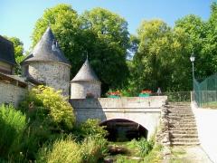 Domaine de Jean-Jacques-Rousseau - Français:   Le pont de la lanterne sur la Launette et deux tours de l\'ancienne enceinte du château.