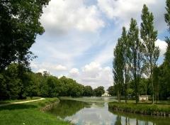 Domaine de Jean-Jacques-Rousseau - Français:   Ermenonville. Vue générale sur l\'étang, l\'île des Peupliers et le château depuis le sud.