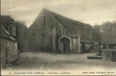 Ancienne abbaye cistercienne de Froidmont -  La grange monastique de l'abbaye de Froidmont à Bailleul-sur-Thérain (Oise, France). Carte postale vers 1900, photographe inconnu