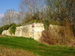 Ancienne abbaye cistercienne de Froidmont - Français:   Vestige du mur d\'enceinte médiéval de la ferme.