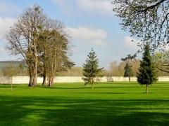 Ancienne abbaye cistercienne de Froidmont - Français:   Parc et muraille d\'enceinte.