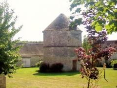 Ferme, à droite en regardant l'église - Français:   Le colombier, sur la cour nord de la ferme de Néry (manoir de Lésigny).