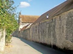 Ferme, à droite en regardant l'église - Français:   L\'austère façade extérieure ouest; au centre, le manoir de Lésigny avec sa tourelle d\'angle.