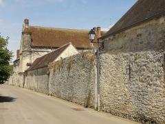 Ferme, à droite en regardant l'église - Français:   Ferme de Néry, mur sur la rue des Marmousseaux