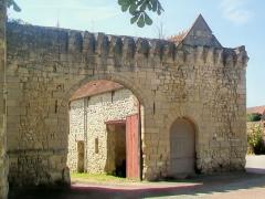 Ferme, à droite en regardant l'église - Français:   Le portail de la ferme à droite de l\'église, donnant sur le nord.