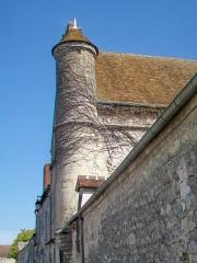 Ferme, à droite en regardant l'église - Français:   Tourelle d\'escalier à l\'angle sud-ouest du manoir de Lésigny.