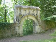 Ancien couvent des Cordeliers de Notre-Dame-de-la-Garde - Français:   Le porche classé du couvent de la Garde