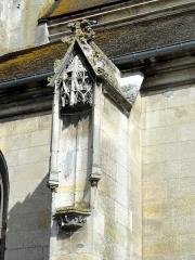 Eglise Notre-Dame de la Nativité - Français:   Contrefort avec niche et dais au sud du chœur.