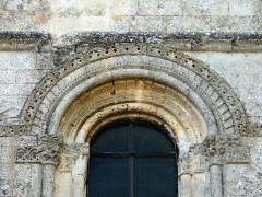 Eglise -  Fenêtre romane en façade, détail de l'archivolte.