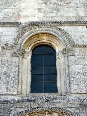 Eglise -  Façade, fenêtre haute romane.