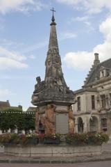 Fontaine - English: Noyon; la fontaine du Dauphin; Nord-Pas-de-Calais-Picardie, Oise; France; érigée en 1771, commémorant le mariage du Dauphin, futur Louis XVI et de Marie-Antoinette; ref: PM_102904_F_Noyon; Cultural heritage; Europe/France/Noyon; Wiki Commons; photo: Paul M.R.Maeyaert; www.pmrmaeyaert.eu; © Paul M.R. Maeyaert; pmrmaeyaert@gmail.com
