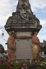 Fontaine - English: Noyon; la fontaine du Dauphin; Nord-Pas-de-Calais-Picardie, Oise; France; érigée en 1771, commémorant le mariage du Dauphin, futur Louis XVI et de Marie-Antoinette; ref: PM_102905_F_Noyon; Cultural heritage; Europe/France/Noyon; Wiki Commons; photo: Paul M.R.Maeyaert; www.pmrmaeyaert.eu; © Paul M.R. Maeyaert; pmrmaeyaert@gmail.com