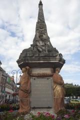 Fontaine - English: Noyon; la fontaine du Dauphin; Nord-Pas-de-Calais-Picardie, Oise; France; érigée en 1771, commémorant le mariage du Dauphin, futur Louis XVI et de Marie-Antoinette; ref: PM_102906_F_Noyon; Cultural heritage; Europe/France/Noyon; Wiki Commons; photo: Paul M.R.Maeyaert; www.pmrmaeyaert.eu; © Paul M.R. Maeyaert; pmrmaeyaert@gmail.com
