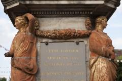 Fontaine - English: Noyon; la fontaine du Dauphin; Nord-Pas-de-Calais-Picardie, Oise; France; érigée en 1771, commémorant le mariage du Dauphin, futur Louis XVI et de Marie-Antoinette; ref: PM_102907_F_Noyon; Cultural heritage; Europe/France/Noyon; Wiki Commons; photo: Paul M.R.Maeyaert; www.pmrmaeyaert.eu; © Paul M.R. Maeyaert; pmrmaeyaert@gmail.com