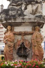 Fontaine - English: Noyon; la fontaine du Dauphin; Nord-Pas-de-Calais-Picardie, Oise; France; érigée en 1771, commémorant le mariage du Dauphin, futur Louis XVI et de Marie-Antoinette; ref: PM_102914_F_Noyon; Cultural heritage; Europe/France/Noyon; Wiki Commons; photo: Paul M.R.Maeyaert; www.pmrmaeyaert.eu; © Paul M.R. Maeyaert; pmrmaeyaert@gmail.com
