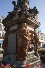 Fontaine - English: Noyon; la fontaine du Dauphin; Nord-Pas-de-Calais-Picardie, Oise; France; ref: PM_102969_F_Noyon; Cultural heritage; Europe/France/Noyon; Wiki Commons; photo: Paul M.R.Maeyaert; www.pmrmaeyaert.eu; © Paul M.R. Maeyaert; pmrmaeyaert@gmail.com