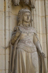 Château - English: Young woman statue in Pierrefonds castle