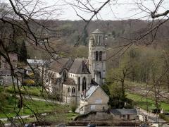 Eglise - Vue de loin depuis l'est.