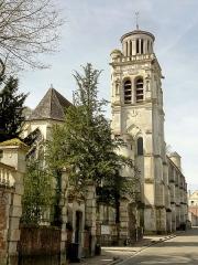 Eglise - Approche depuis le village.