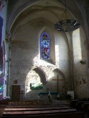 Eglise -  Intérieur de l'église. Servent de nef le chœur et des deux chapelles latérales du XIIIe siècle, le maître-autel étant placé devant le mur septentrional.
