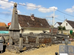 Eglise et cimetière qui l'entoure - Français:   Cimetière attenant à l\'église: vieilles sépultures.