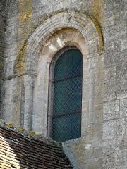 Eglise et cimetière qui l'entoure - Français:   Fenêtre romane au-dessus du porche, sur la façade occidentale.