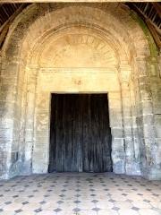 Eglise et cimetière qui l'entoure - Français:   Portail occidental sous le porche.