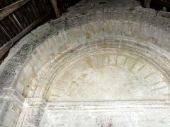 Eglise et cimetière qui l'entoure - Français:   Tympan du portail occidental sous le porche.