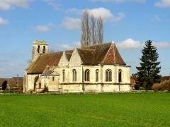 Eglise et cimetière qui l'entoure - Français:   Vue depuis le sud-est.