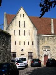 Ancien château royal, prieuré Saint-Maurice et mur gallo-romain - Français:   Prieuré St-Maurice, dortoir des moines vue depuis la cour.