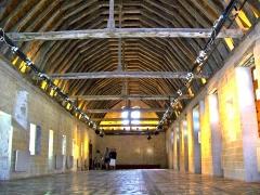 Ancien château royal, prieuré Saint-Maurice et mur gallo-romain - Français:   Prieuré Saint-Maurice (XIIIe siècle), dortoir des moines. La charpente daterait du début du XVIe siècle, et le dallage est également très ancien.