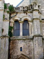 Eglise Saint-Aignan - Français:   Le vestige du clocher roman, depuis le nord; ce clocher édifié à une date indéterminé au XIe siècle inspira tous les autres clochers romans de la région qui subsistent de nos jours, y inclus Morienval. Le second étage a été démoli pour sa plus grande partie en 1806, mais le premier étage a pu être dégagé à l\'intérieur de l\'église, pendant les travaux des années 1980.