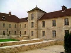 Ancien Hôpital de la Charité - Français:   En 1752, l\'hôpital a plus que doublé son emprise, au détriment des maisons d\'artisans qui s\'y trouvaient. Les extensions au sud étaient destinées aux malades mentaux et furent en partie utilisées comme prison jusqu\'en 1914.