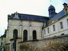 Ancien Hôpital de la Charité - Français:   Ancien hôpital de la Charité, vue partielle de l\'infirmerie de 1708 depuis la rue de Meaux, avec la chapelle (à. g.).