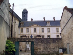 Ancien Hôpital de la Charité - Français:   L\'hôpital de la Charité vu depuis la cour de la demeure en face, rue de Beauvais. Cette aile a été utilisée comme école après la fermeture de l\'hôpital.