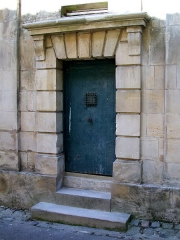 Ancien Hôpital de la Charité - Français:   La porte de l\'ancienne prison aménagé dans l\'ancien hôpital de la Charité après sa fermeture en 1838, rue de la Poterne.