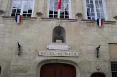 Hôtel de ville -  La façade de l'hôtel de ville à Senlis sur la place Henry IV