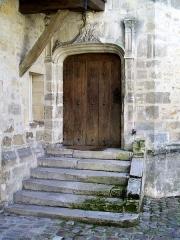 Ancienne poste aux chevaux - Français:   Hôtel de l\'Ange, porte dans la tour d\'escalier sur la cour.