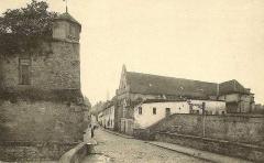 Enceinte gallo-romaine - Français:   Bastion des remparts du Moyen-Âge, rue Vieille de Paris (direction du centre-ville) et ancienne église du couvent des Carmes.