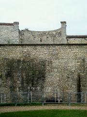 Enceinte gallo-romaine - Français:   Muraille gallo-romaine du Bas-Empire (IIIe siècle), tour n° 24 ou tour Vénerie nord, dans le jardin du prieuré Saint-Maurice (face intérieure, l\'autre côté donnant sur un jardin privé).