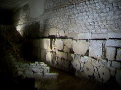 Enceinte gallo-romaine - Français:   Fondations d\'une domus gallo-romaine (à gauche) et fondations de l\'enceinte gallo-romaine, au premier sous-sol.