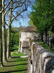 Enceinte gallo-romaine - Français:   La tour du jeu d\'arc, dernière tour subsistant, sur le rempart des Ôtages.