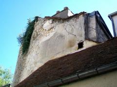 Enceinte gallo-romaine - Français:   La tour n° 12 ou «tour Saint-Nicolas», immédiatement au nord de l\'étroit passage public menant de la place de la Halle au square Vernet, donnant directement sur une maison avec la façade extérieure, habitée et non identifiable depuis le square Vernet