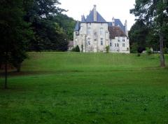 Château -  Le château d\'Orrouy (Oise, France) avec son parc en pente, vu depuis la RD 123, à travers les barreaux de la grille de fer forgé.