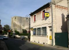 Donjon -  Ambleny (Aisne, France) -  Le donjon, le monument-aux-morts et la poste.  .   .